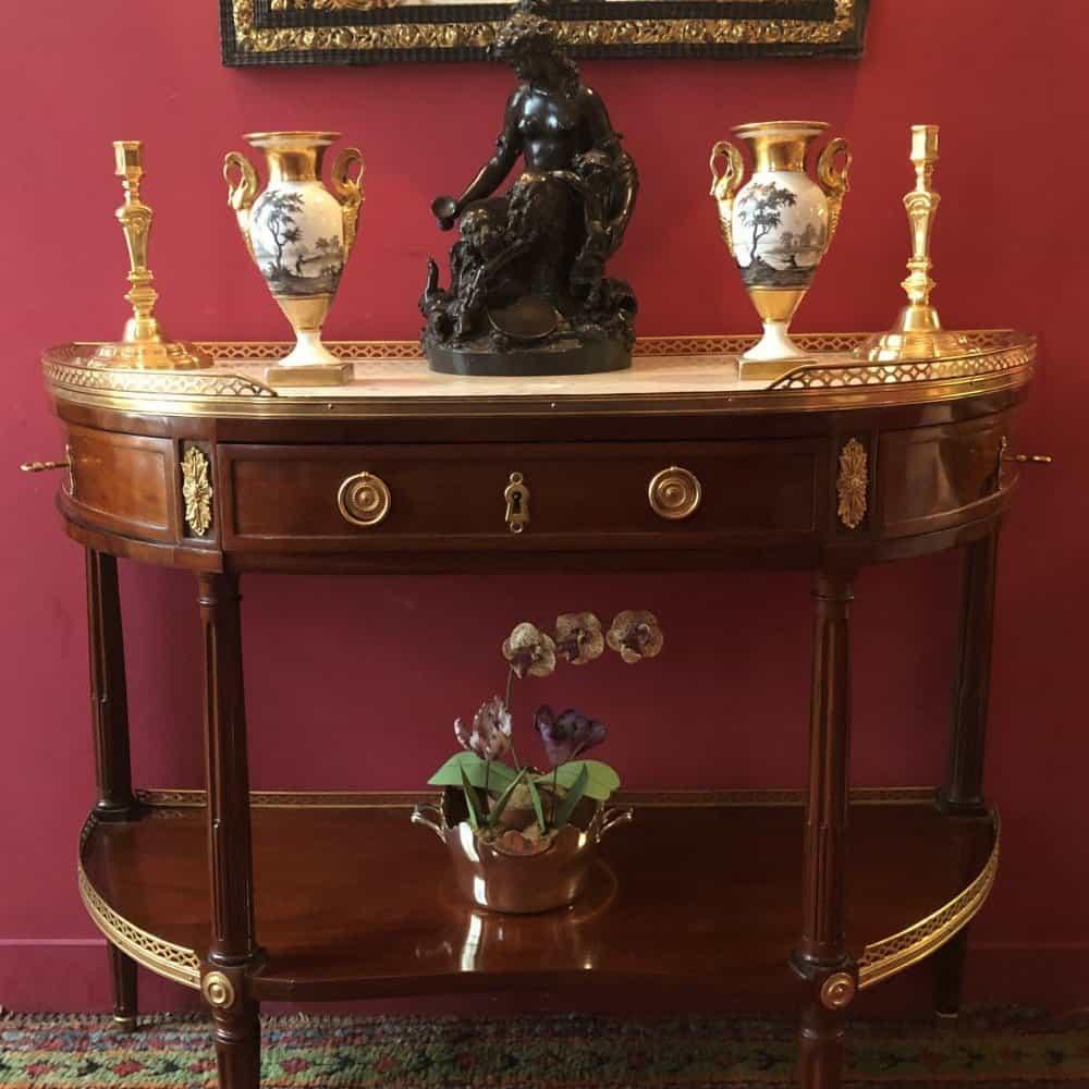 Ensemble d'antiquités présentés sur une console Louis XVI