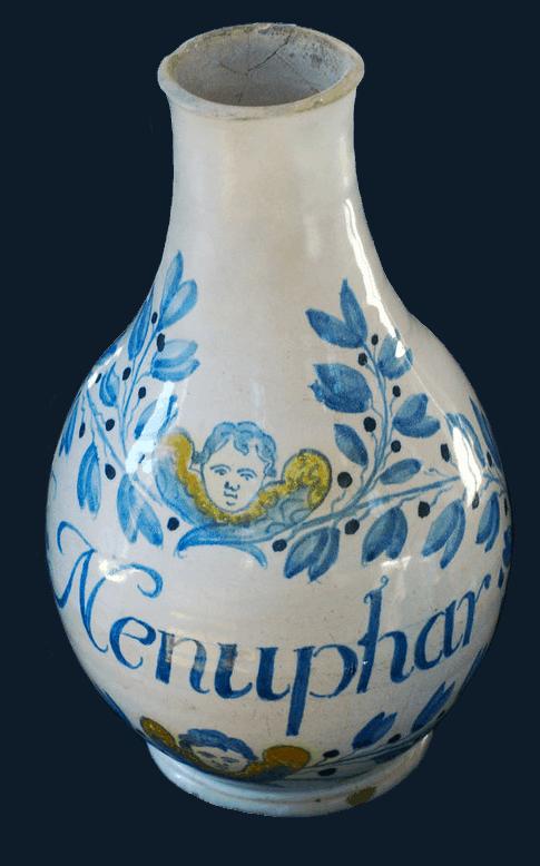 Bouteille de pharmacie Nénuphar en faïence, Edme Poterat, 1647, conservé au Musée de la Céramique de Rouen.