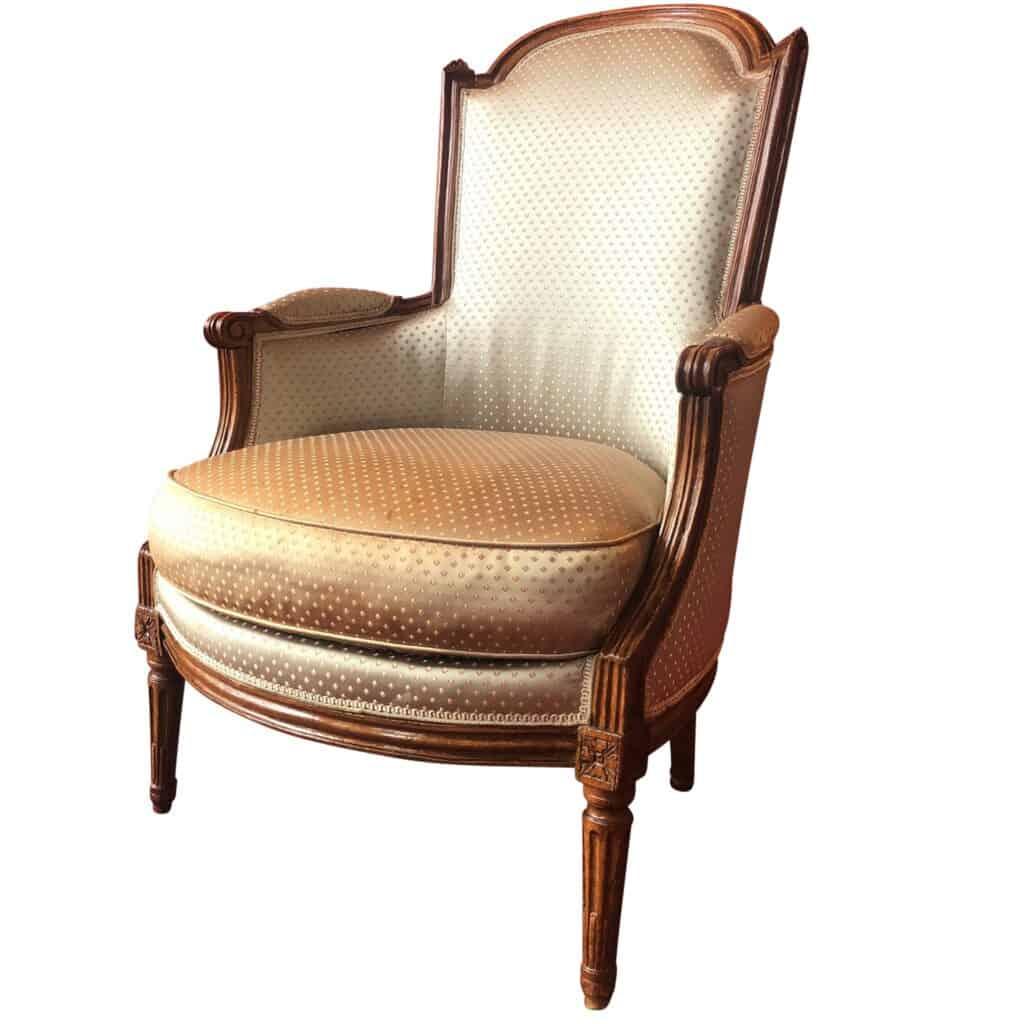 Bergère à dossier en anse de panier, reposant sur quatre pieds fuselés, cannelés et rudenté. Époque Louis XVI. En vente sur Antikeo.