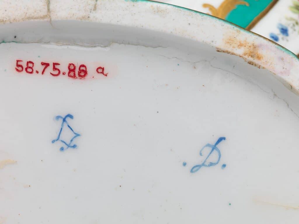 Signature d'une Porcelaine de Sèvres. LL, lettre date D.