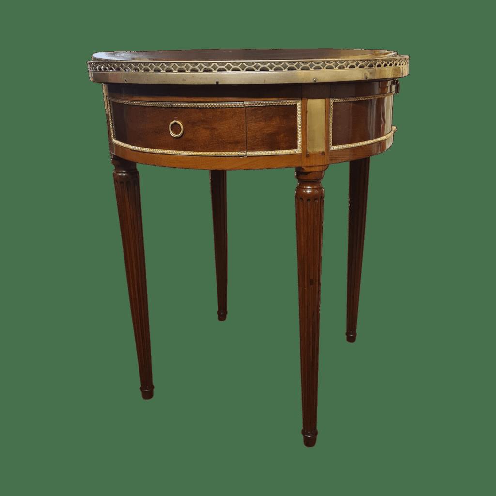 Table bouillotte Louis XVI.Acajou massif, placage, galerie de laiton ajourée. Pieds cannelés.