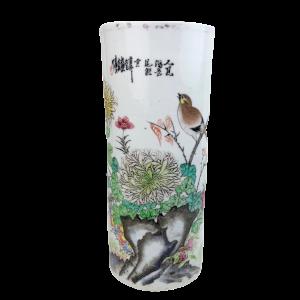 Vase rouleau à décor polychrome d'oiseau, branchages et idéogrammes