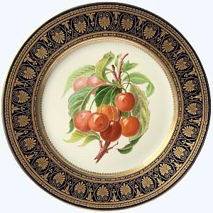 Assiette à décor polychrome et or à décor de fruits cerises dans le gout de Sèvres