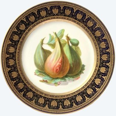 Teller mit polychromem und goldenem Dekor, verziert mit Feigenfrüchten im Geschmack von Sèvres