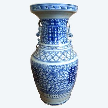 Large Chinese porcelain vase with blue and white decoration