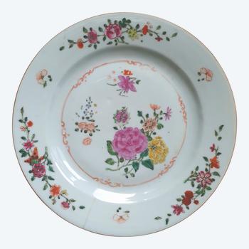Chine XVIIIe siècle : assiette en porcelain décoré des fleurs
