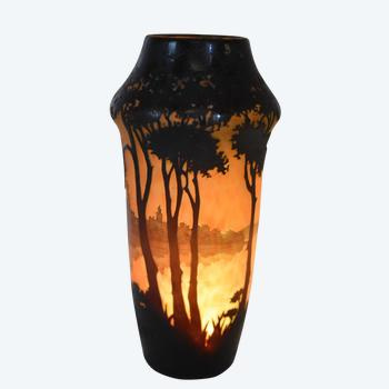 Daum – Vase paysage lacustre – Verre multicouches dégagé à l'acide – France, vers 1910.