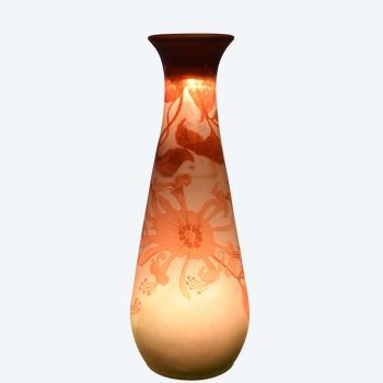 Emile Gallé - Konische Vase - Mehrschichtiges säuregeätztes Glas - Frankreich, um 1920.