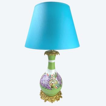 Napoleon III Porzellanlampe vergoldeter Bronzerahmen mit lila Blumen verziert