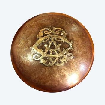 Pillendose mit Goldmonogramm