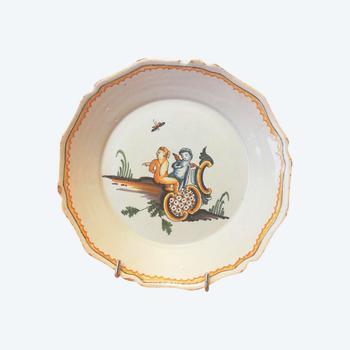 Assiette en faïence: Nevers XVIIIème siècle.