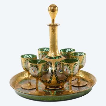 Achtteiliger farbiger Glaslikör mit Vergoldung