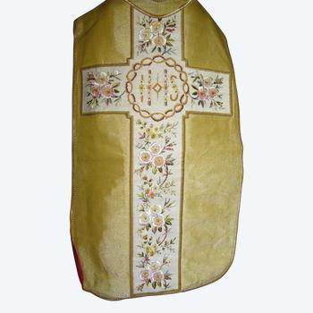 Kasel aus goldenem Stoff und Stickerei aus dem 19. Jahrhundert