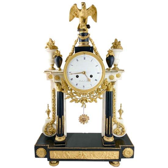 Portico-Uhr aus weißem Marmor, schwarzem Marmor und vergoldeter Bronze Louis XVI-Periode