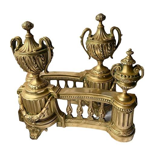 Paire de chenets vase en bronze ciselé vernis