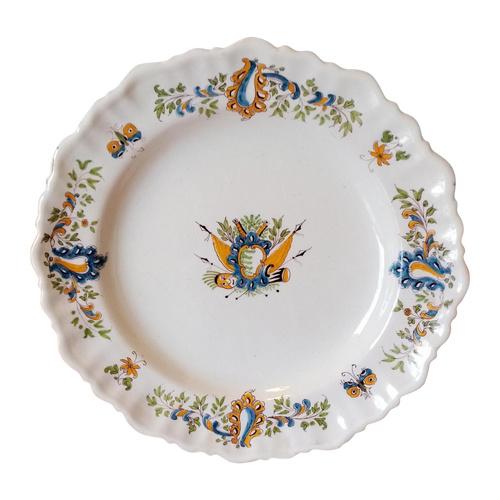 Assiette en faïence: Moustiers XVIIIème siècle.