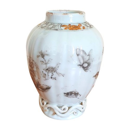 18th century China (Qianlong): small ovoid tubular porcelain pot, grisaille decoration of flowers and insects