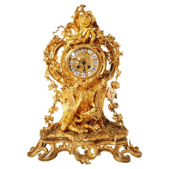Horloge de cheminée dans le style de Louis XV